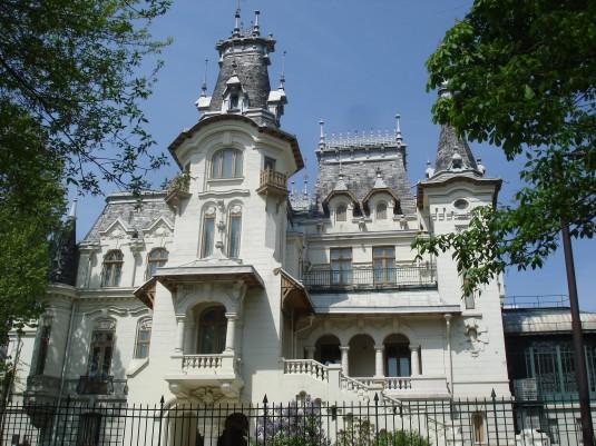 Palatul_Kretzulescu_vazut_spate_din_parcul_Cismigiu_-_2009.04.18